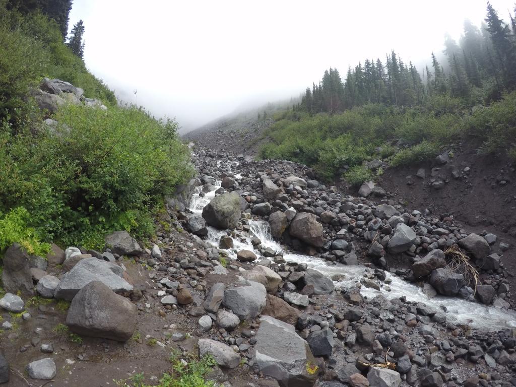 Bučna i divlja rijeka koju je jako teško bilo prelaziti; prvenstveno psihološki, jer je atmosfera bila apokaliptična, a buka divlje rijeke, te njezina mutnost su tome doprinosile.