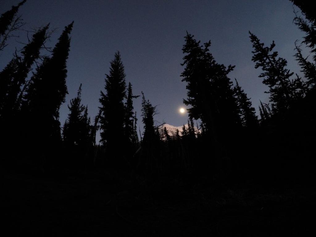 Mt. Adams obasjan mjesečinom. Nažalost, Gopro nije idealna kamera za noćne fotografije i zoom opcije.