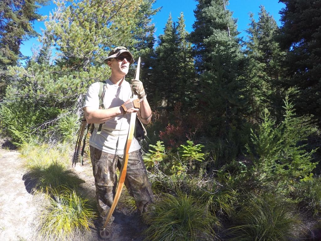 U tijeku je bila sazona lova lukom i strijelama na elkove. Ovo je bio jedini lovac kojeg sam vidio s tradicionalnim lukom. Naime, s ovim je lukom teže loviti jer nema servo i jednom kada napneš luk moraš ga otpustit kroz sekundu dvije jer nakon toga postaje preteško i trpi preciznost.