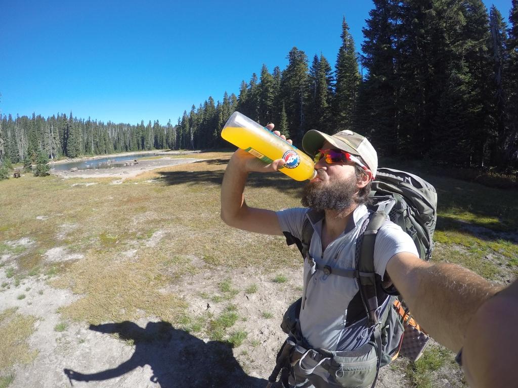 Po dolasku na White Pass ostao sam bez sokova bilo koje vrste, tako da mi je Cedevitin paket bio kao naručen (što je i bio). Narančasta boja u boci je vrlo prepoznatljiva :)