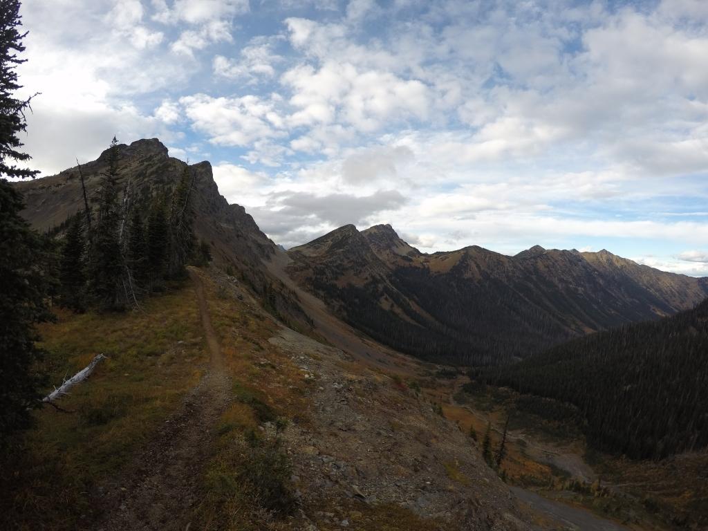 Rock Pass i pogled prema napuštenom trailu. Dolje u kotlini se vidi PCT koji leluja krajolikom.