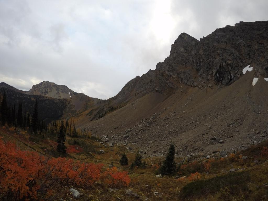 Pogled s Woody Passa. S desne strane su vododerine i napušteni trail.